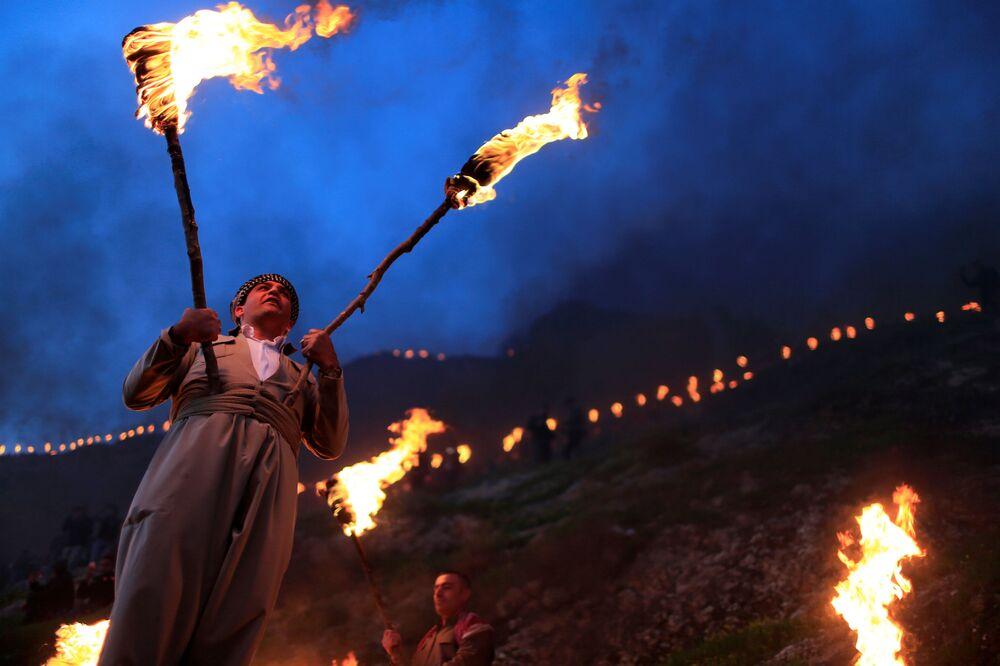 Iráčtí Kurdové s pochodněmi během oslav Nourúza ve městě Akre v Iráckém Kurdistánu.
