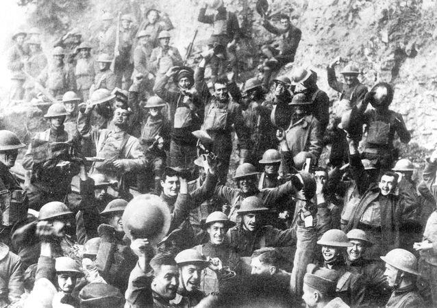 Američtí vojáci slaví zastavení palby 11. listopadu 1918