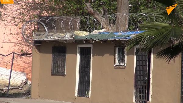 Ostnatý drát z hranic USA nyní chrání mexické domy aneb jak okrádají Američany (VIDEO) - Sputnik Česká republika