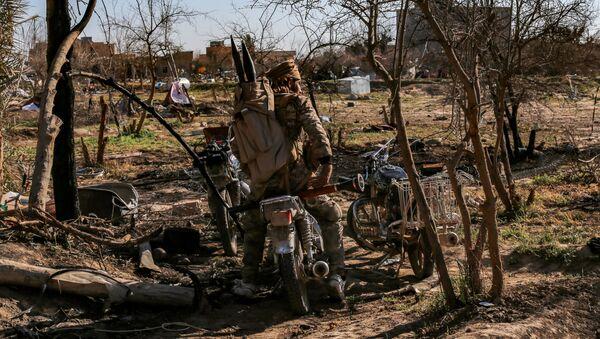 Bojovník Syrských demokratických sil (SDF) v tábože IS v Baghúzu - Sputnik Česká republika