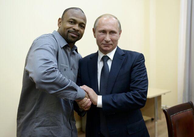 Ruský prezident Vladimir Putin a americký boxer Roy Jones Jr.
