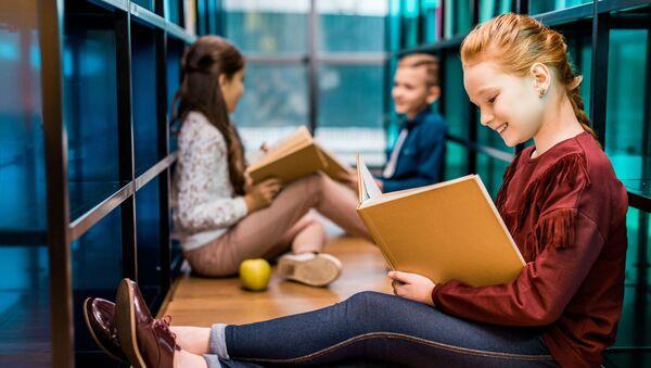 Školáci s knihami - Sputnik Česká republika