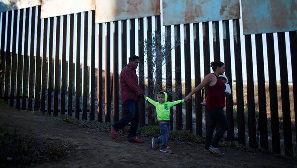 Migranti z Hondurasu na hranicích USA a Mexika - Sputnik Česká republika