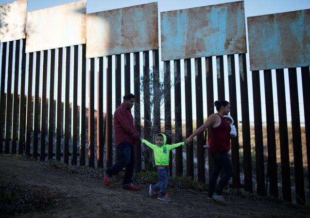 Migranti z Hondurasu na hranicích USA a Mexika