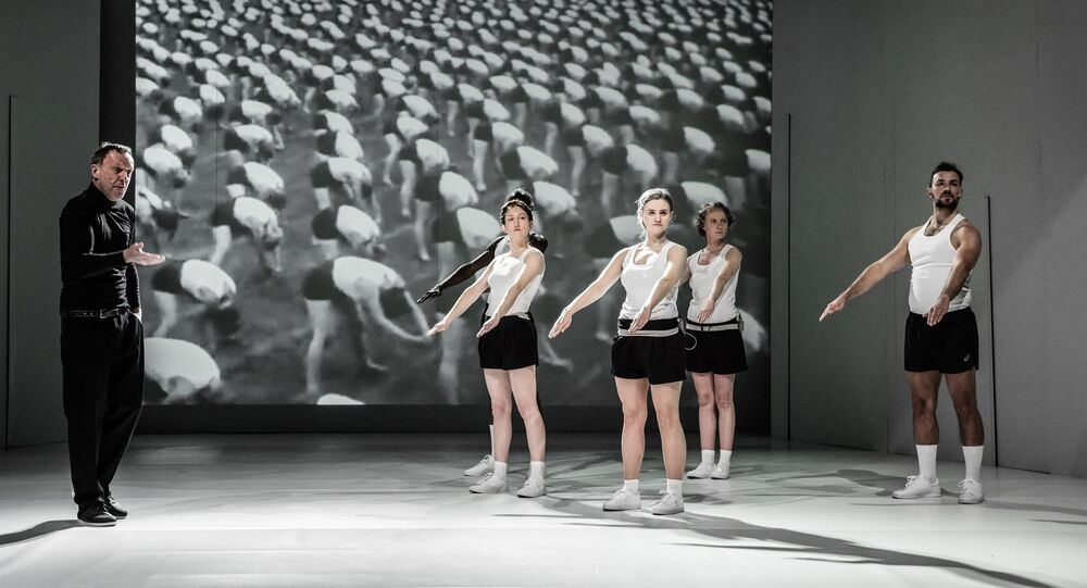 Jeviště při představení hry Mein Kampf režiséra Jakuba Skrzywanka v divadle Powszechny ve Varšavě