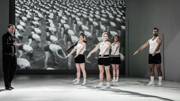Jeviště při představení hry Mein Kampf režiséra Jakuba Skrzywanka v divadle Powszechny ve Varšavě - Sputnik Česká republika