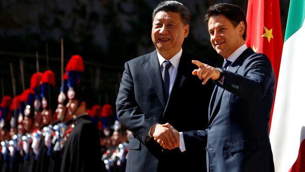 Prezident ČLR Si Ťin-pching a italský premiér Giuseppe Conte - Sputnik Česká republika