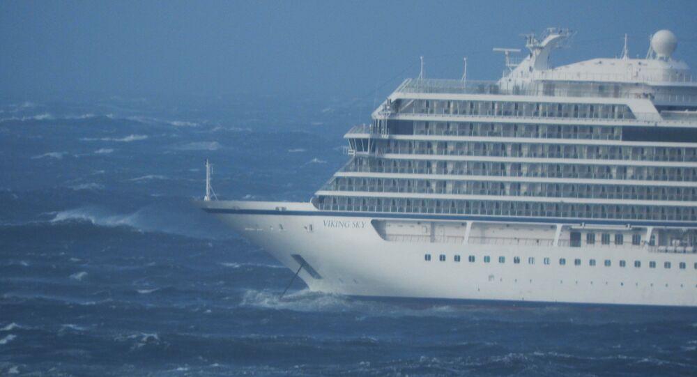 Výletní loď Viking Sky je unášena větrem u západního pobřeží Norska