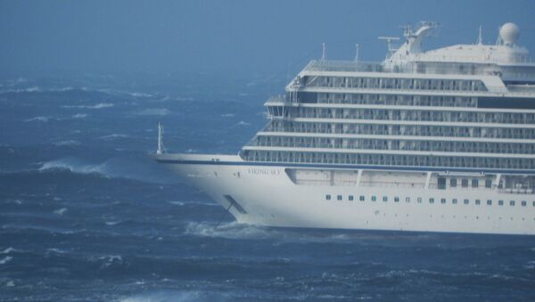 Výletní loď Viking Sky je unášena větrem u západního pobřeží Norska - Sputnik Česká republika