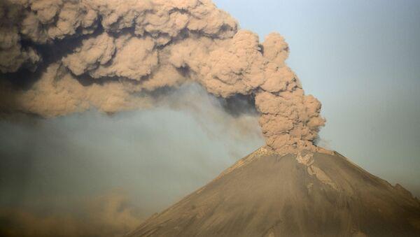 Probuzení po tisíci letech: V Mexiku lávu chrlí nejnebezpečnější sopka na světě  - Sputnik Česká republika