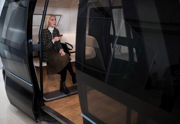Putinova obří limuzína z blízka a ruský bezpilotní mikrobus - Sputnik Česká republika
