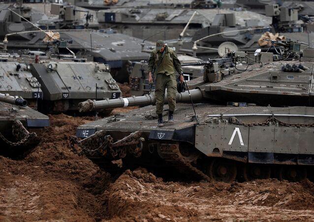 Izraelský voják na tanku u hranice Pásma Gazy