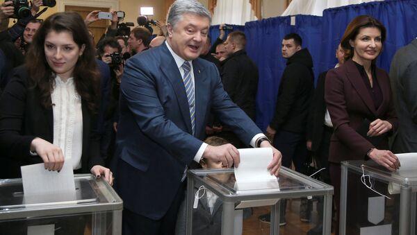 Petro Porošenko hlasuje spolu se svou rodinou na prezidentských volbách (31. 03. 2019) - Sputnik Česká republika