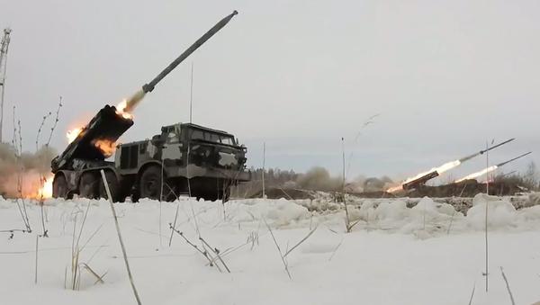 Pod palbou Uraganů: záběry z rozsáhlých cvičení ruského dělostřelectva (VIDEO) - Sputnik Česká republika