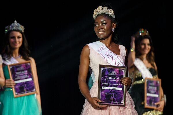 Vítězka soutěže krásy Miss International Mini 2019 Penošinge Hango na slavnostním předávání ceny  - Sputnik Česká republika