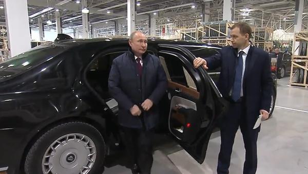 Putinův efektní čin v továrně Mercedesu. Přijel ruským autem (VIDEO) - Sputnik Česká republika