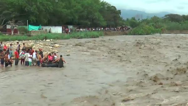 Venezuelané propadají zoufalství v pokusech se dostat do Kolumbie a uniknout záplavám  - Sputnik Česká republika