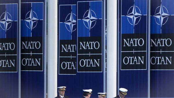 Španělští námořníci jdou pod vlajkou NATO vedle štábu aliance v Bruselu - Sputnik Česká republika