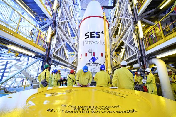 Vysunutí Sojuz-ST na odpalovací rampu - Sputnik Česká republika