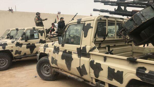 Vojenská vozidla, kterých se zmocnily síly loajální Chalífu Haftarovi nedaleko Tripolisu - Sputnik Česká republika