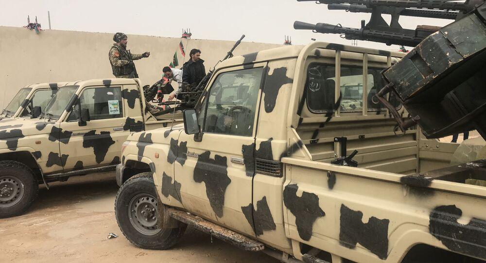 Vojenská vozidla, kterých se zmocnily síly loajální Chalífu Haftarovi nedaleko Tripolisu
