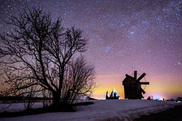 Noční pohled na větrný mlýn v národním parku Kiži - Sputnik Česká republika