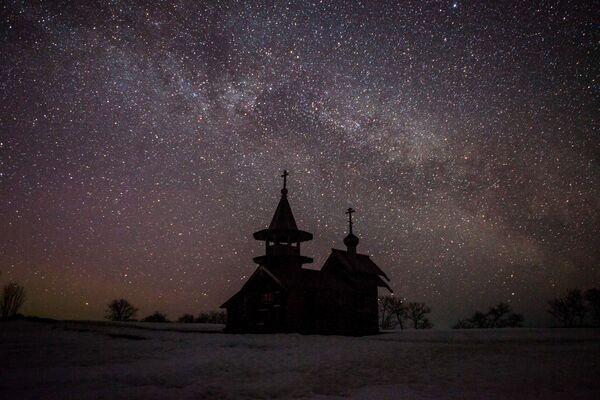 Kaple archanděla Michaela ve vesnici Lelikozero na ostrově Kiži v noci - Sputnik Česká republika