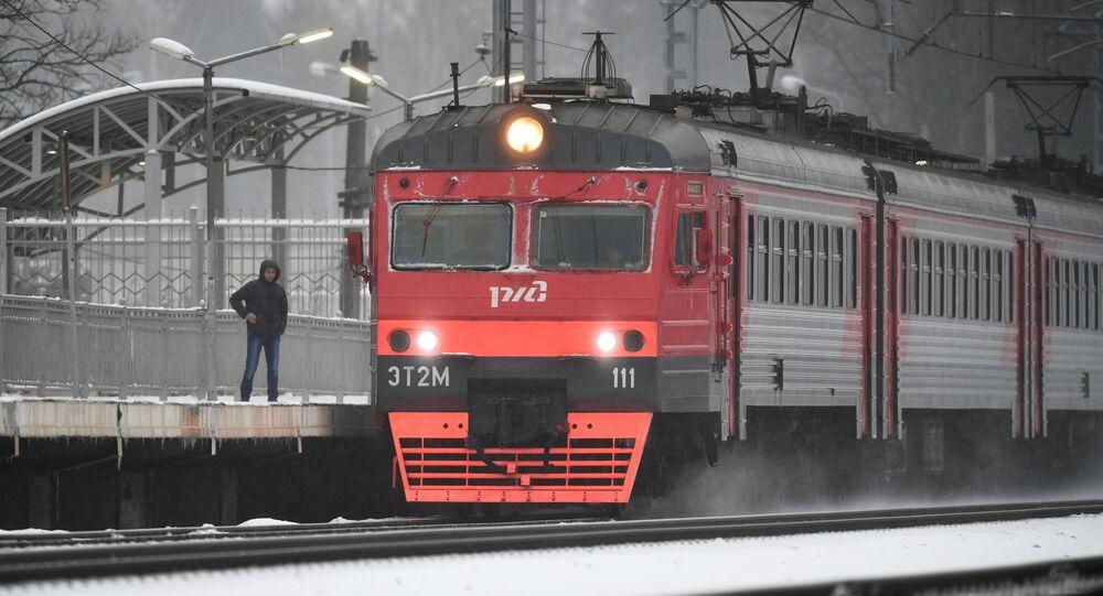 To je radosti! Na Sibiři Australané vystoupili z vagónu, aby se pováleli ve sněhu