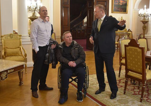 Brit Charlie Rowley s ruským velvyslancem v Londýně Alexandrem Jakovenkem