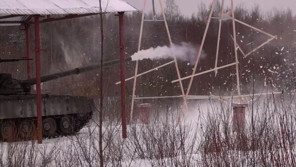 Bylo natočeno video, jak tank T-80 vypálil dřevěnou munici - Sputnik Česká republika