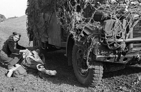 Rumunská dívka ošetřuje raněného sovětského vojáka, 1944 - Sputnik Česká republika