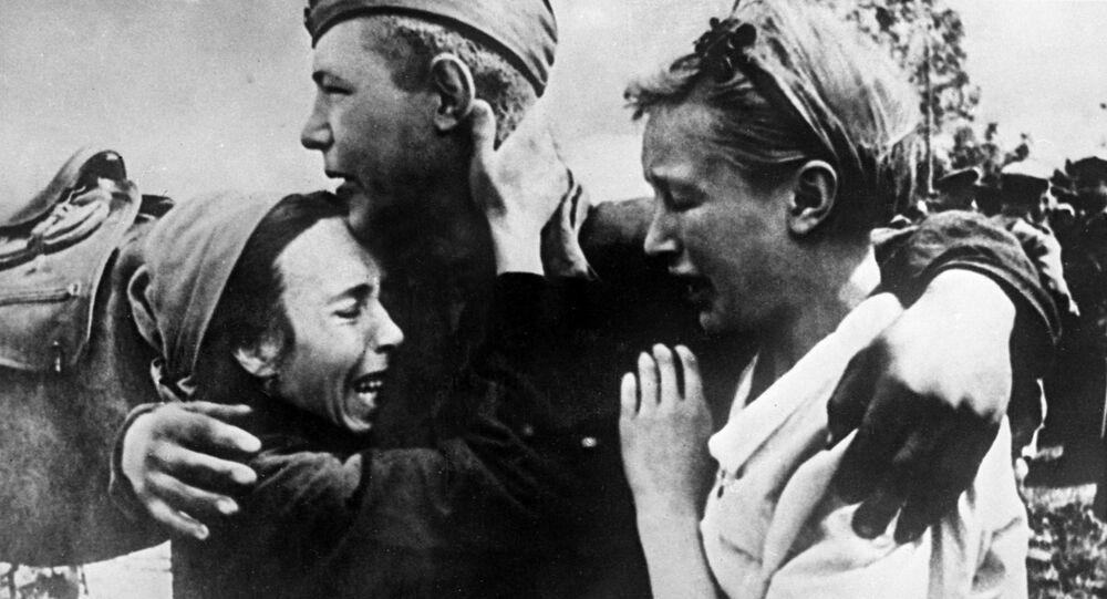Vojín Širobokov se setkal se svými sestrami, které unikly smrti, 1943