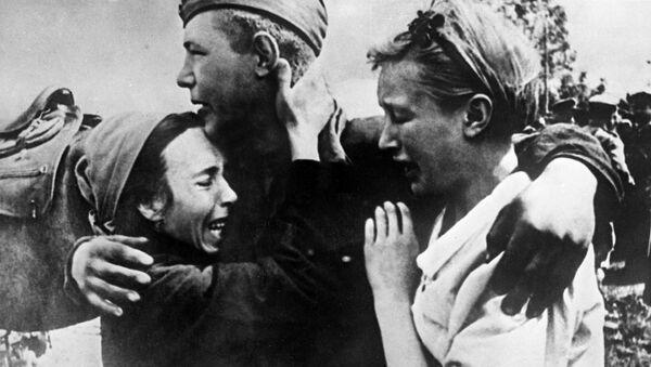 Vojín Širobokov se setkal se svými sestrami, které unikly smrti, 1943 - Sputnik Česká republika