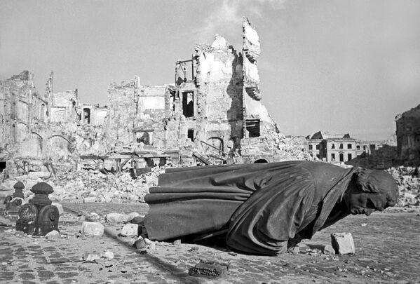 Ruiny Drážďan po náletu amerického letectva, 1945 - Sputnik Česká republika