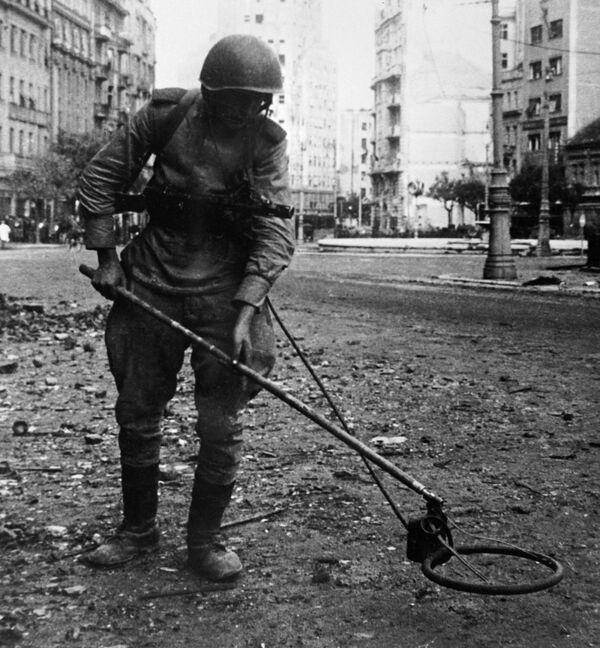 Sovětský ženista na jednom z náměstí v Bělehradu během druhé světové války, 1944 - Sputnik Česká republika
