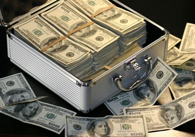 Kufřík s americkými dolary. Ilustrační foto