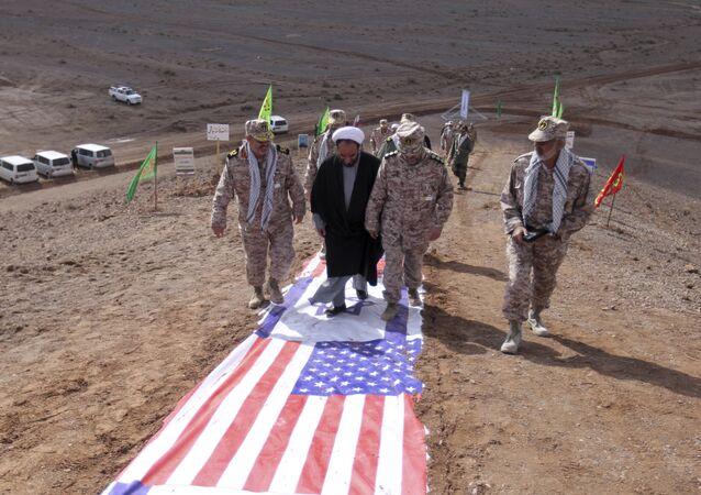 Členové Íránských revolučních gard šlapou po vlajkách Izraele a USA