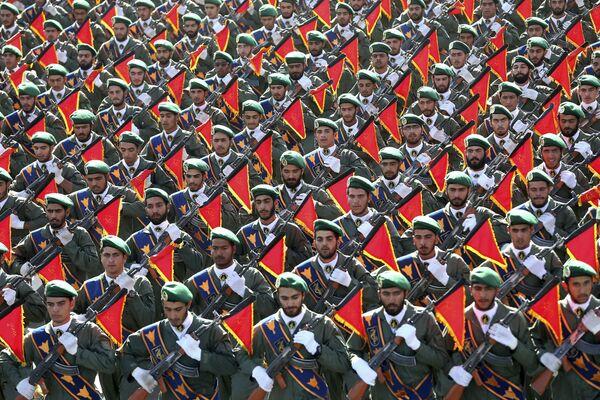 Íránské revoluční gardy pochodují na vojenské přehlídce při příležitosti 36. výročí irácké invaze do Íránu - Sputnik Česká republika