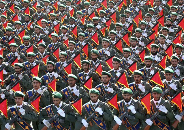 Íránské revoluční gardy pochodují na vojenské přehlídce při příležitosti 36. výročí irácké invaze do Íránu