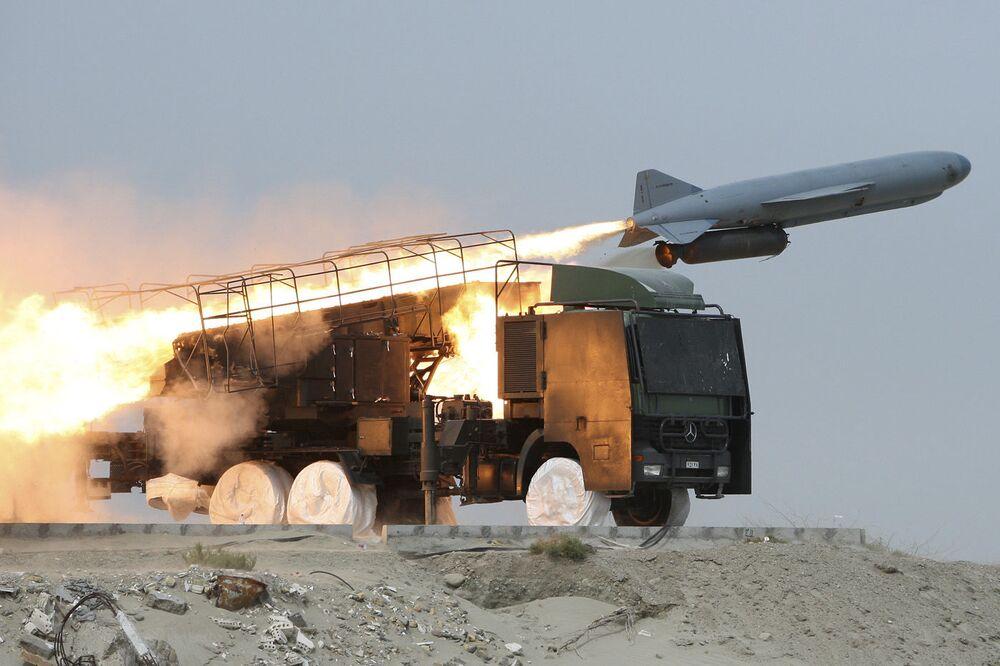 Cvičení s vypuštěním rakety typu země-moře v Íránu