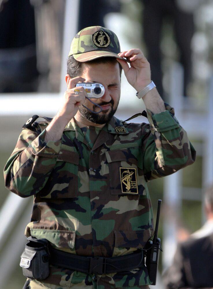 Člen IRGC během fotografování vojenské přehlídky v Teheránu