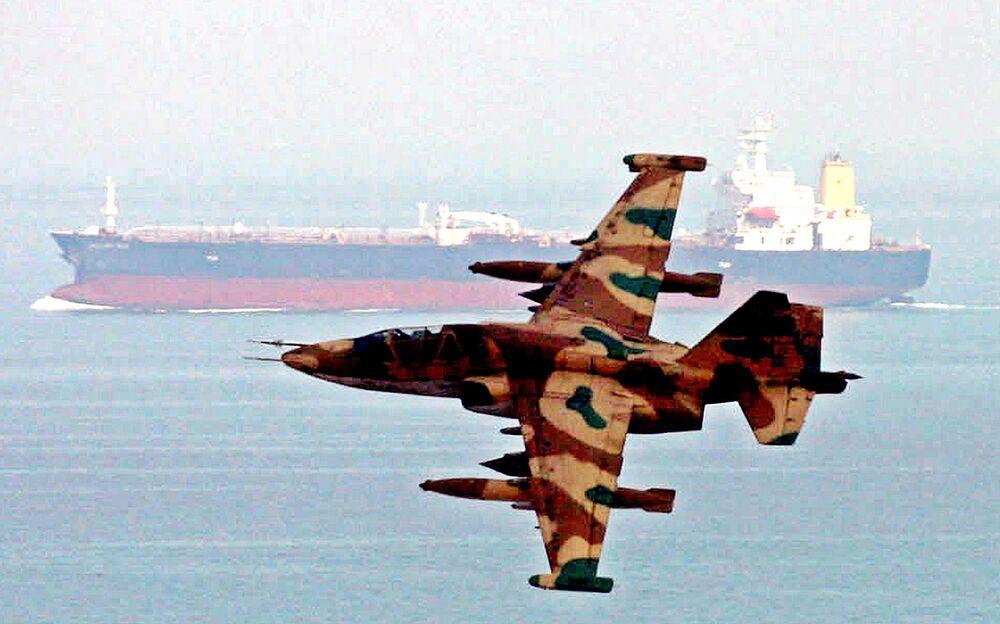 Hlídkový letoun IRGC u ropného tankeru během manévrů v Ománském zálivu