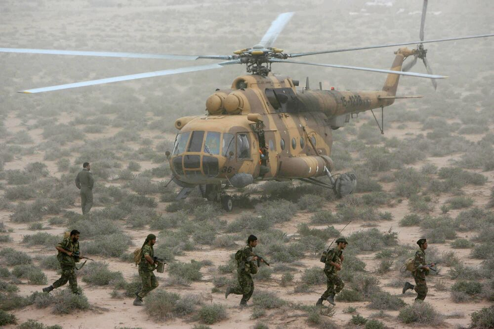 Členové IRGC během vojenských manévrů v blízkosti Perského zálivu