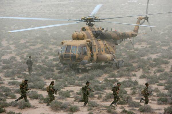 Členové IRGC během vojenských manévrů v blízkosti Perského zálivu - Sputnik Česká republika