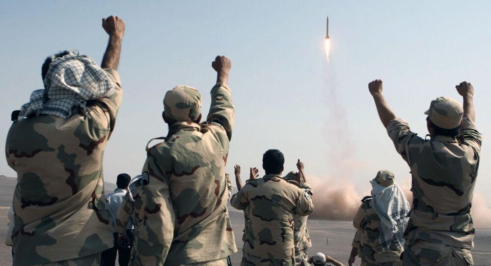 Členové Íránských revolučních gard se radují z úspěšného startu rakety, Írán