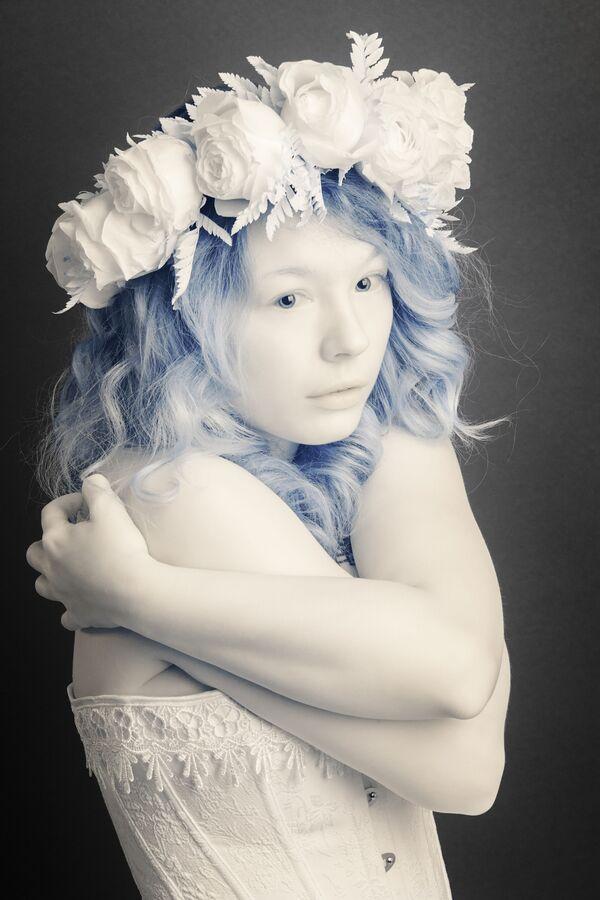 Snímek Girl od fotografa Pierra-Louisa Ferrera, první místo v kategorii Infrared Portrait v soutěži infračervených fotografií Život v jiném světle - Sputnik Česká republika