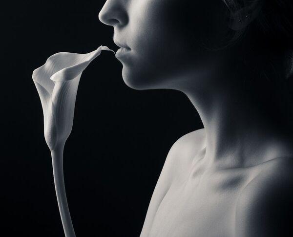 Snímek Touch od fotografa Ivana Kulikova, druhé místo v kategorii IR Black & White v soutěži infračervených fotografií Život v jiném světle - Sputnik Česká republika