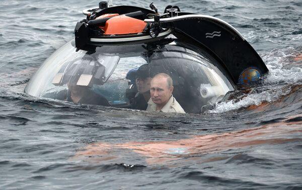 Ruský prezident Vladimir Putin (vpravo) se ponořuje 83 metrů pod vodu na palubě batyskafu poblíž Sevastopolu, aby se podíval na potopenou starověkou loď - Sputnik Česká republika