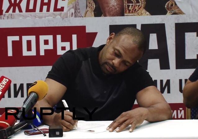 Americký boxer Jones podepisuje žádost o vydání ruského pasu