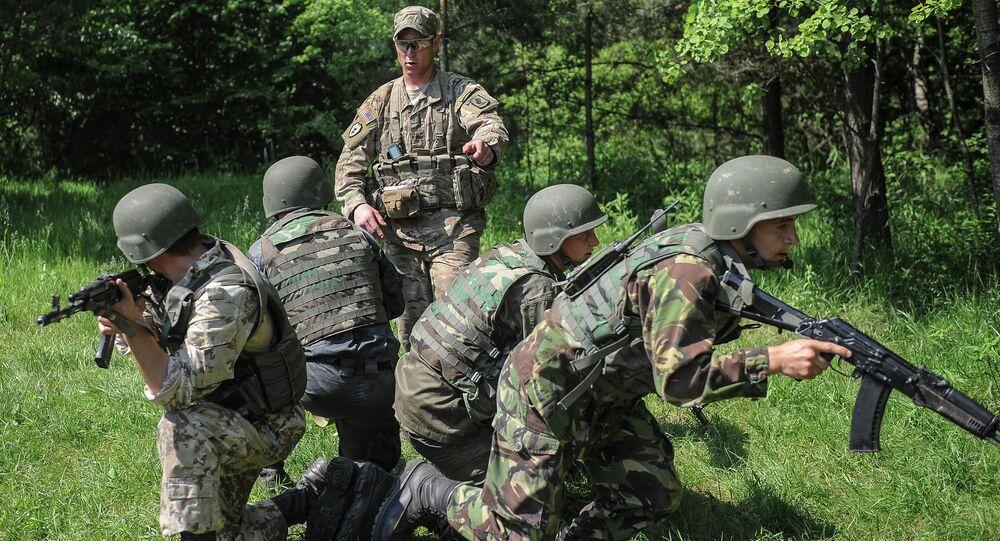 Ukrajinští vojáci a americký instruktor